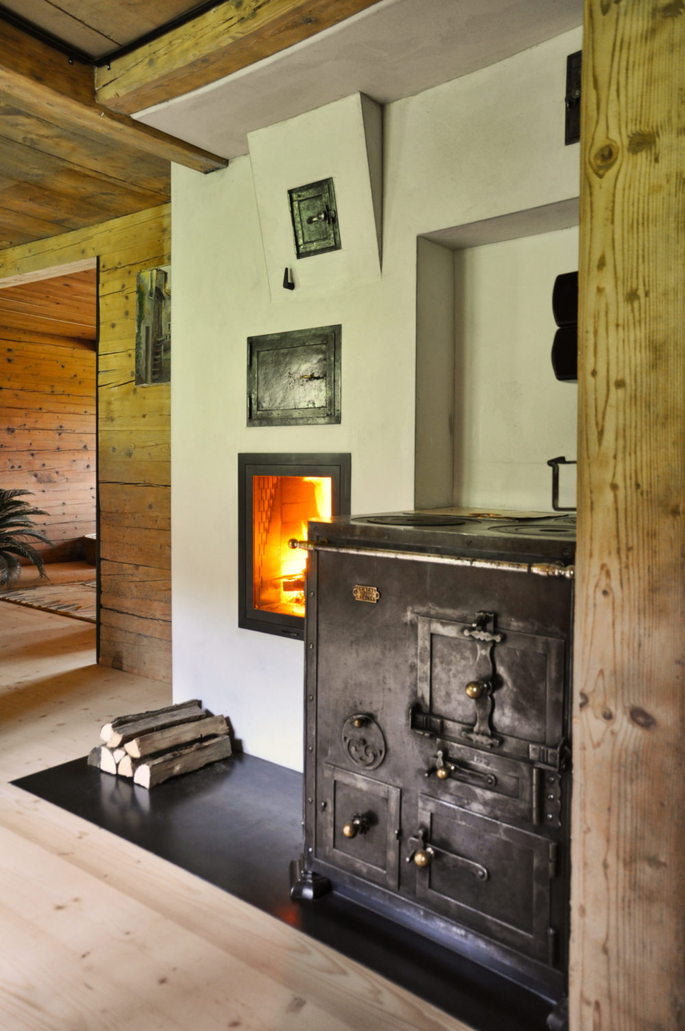 Antiker restaurierter Holzkochherd in Gais