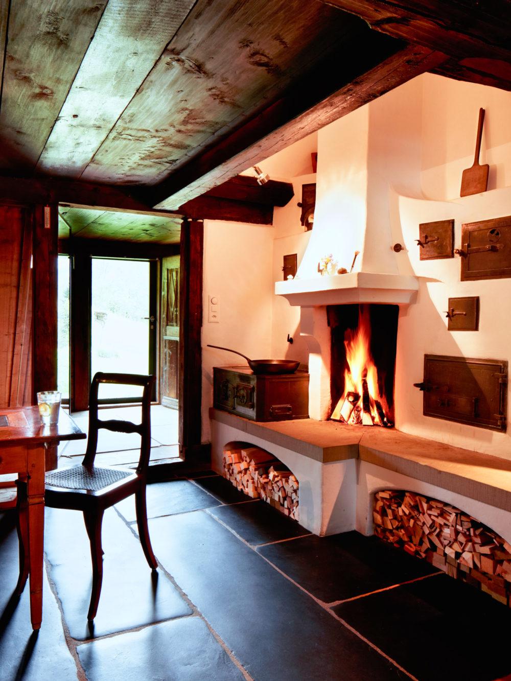 Feuerstelle, antiker Blechspeicherofen und Holzherd in Amden