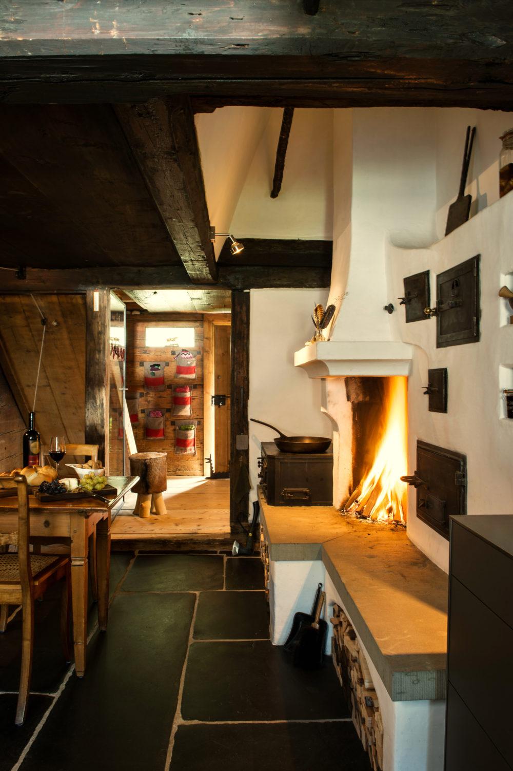 Holzkochherd, Feuerstelle und antiker Blechspeicherofen in Amden