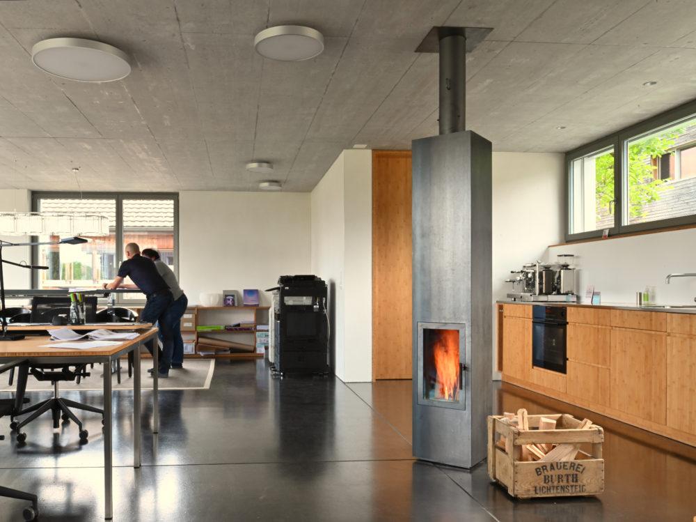 Speicherofen mit Rohstahlverkleidung im Architekturbüro