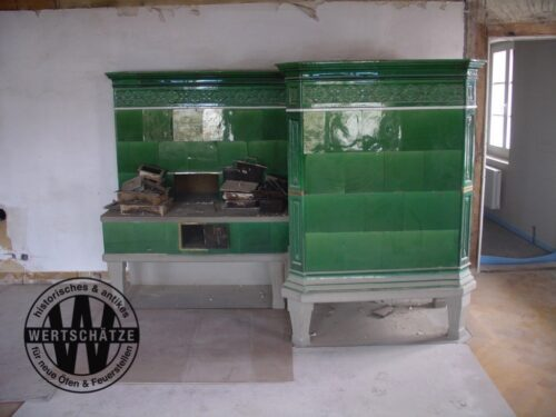 Historisierender grüner Kachelofen